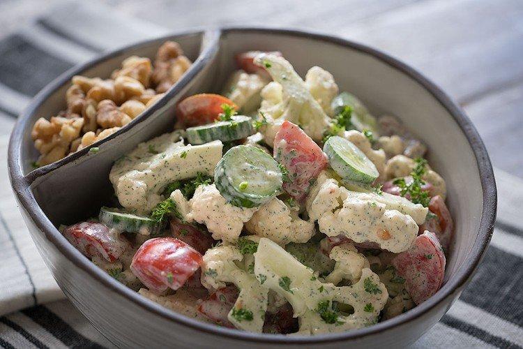 Салат с копченой курицей и цветной капустой