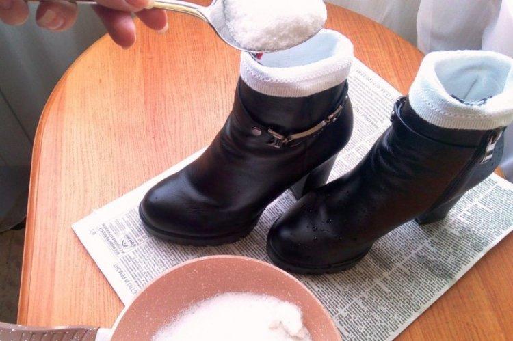 Носки с солью - Как убрать запах из обуви в домашних условиях
