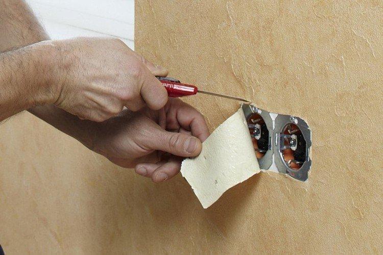 Как клеить флизелиновые обои около розеток и выключателей