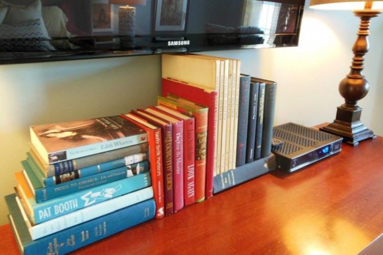 Книги и журналы - как спрятать провода от телевизора