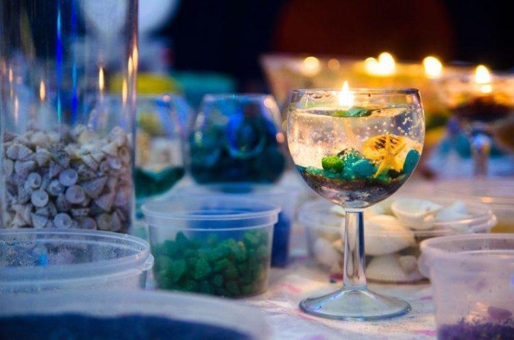 Прозрачные свечи в новогодних бокалах - Как украсить квартиру на Новый год 2020