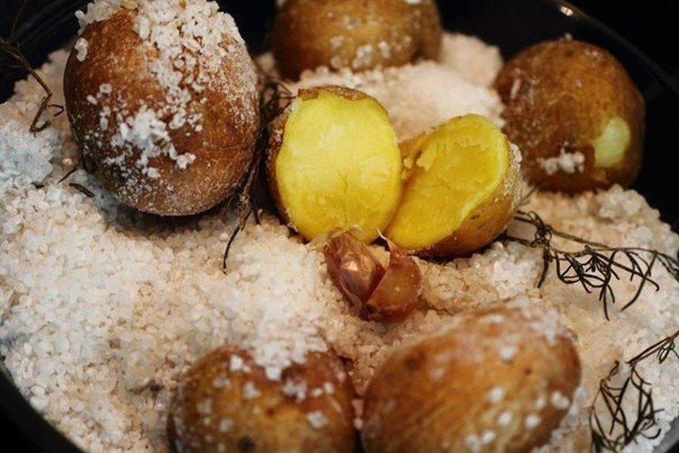 Картофель запеченный в крупной соли в духовке - рецепты