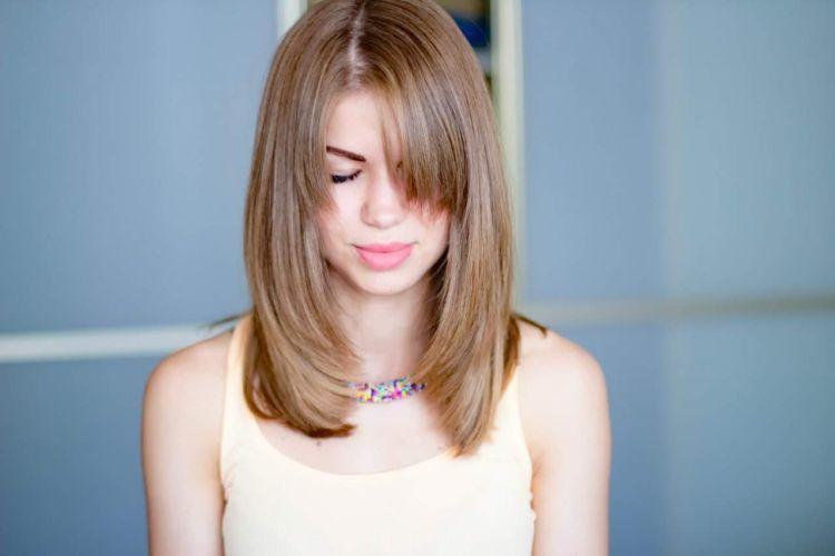 Каскад на средние волосы с челкой: 12 идей стрижки (фото)