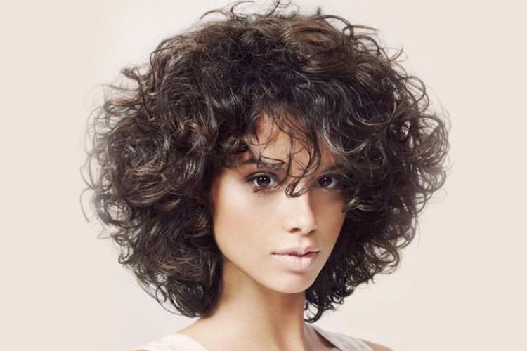 Короткие стрижки на кудрявые волосы: 10 красивых идей (фото)