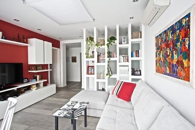 Красный цвет в интерьере гостиной - фото