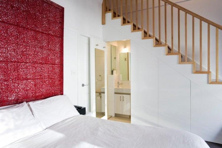 Красный цвет в интерьере спальни - фото