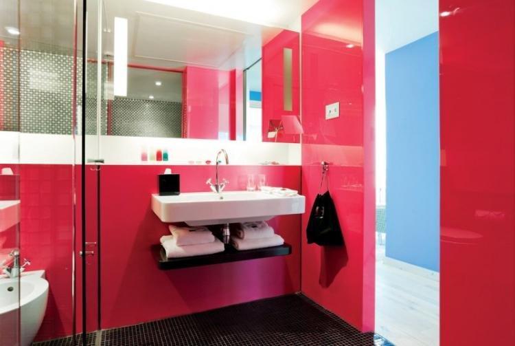 Красный цвет в интерьере ванной комнаты - фото