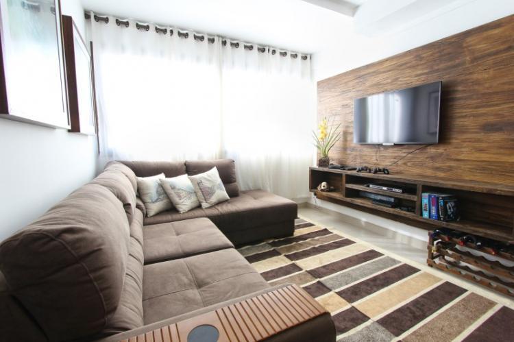 Ламинат на стене в гостиной - фото