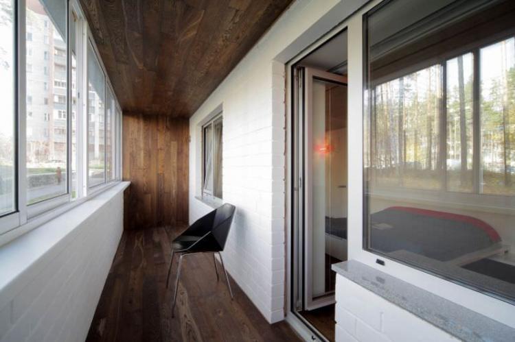 Ламинат на стене на балконе, лоджии - фото