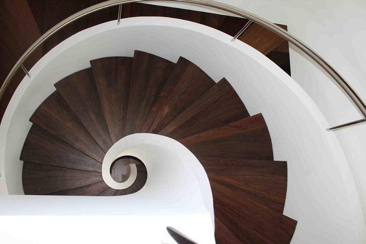 Лестница на второй этаж - фото реальных интерьеров