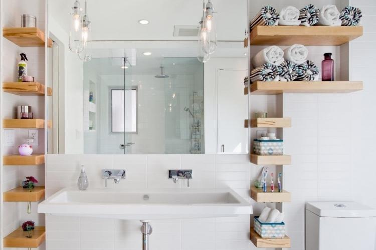 Настенные полки в ванной комнате