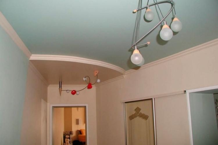 Натяжные потолки в интерьере прихожей - фото