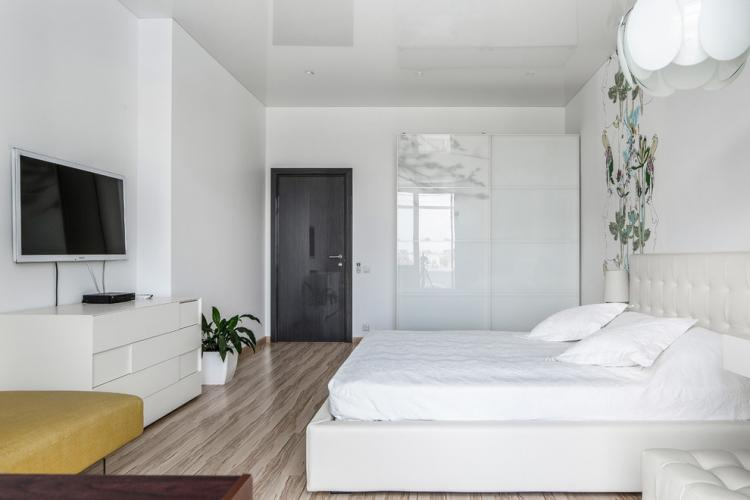 Одноуровневые натяжные потолки в спальне