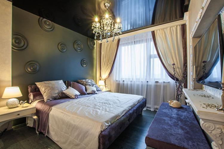 Черный натяжной потолок в спальне