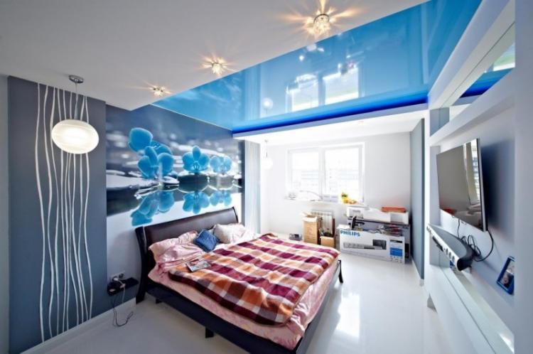 Синий натяжной потолок в спальне