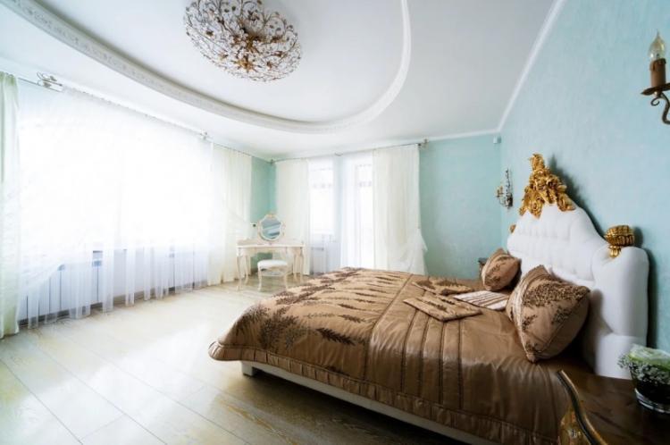 Натяжной потолок в спальне - фото