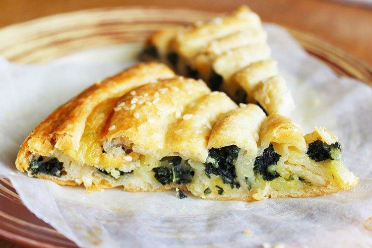Пирог из слоеного теста с сыром и шпинатом - рецепты