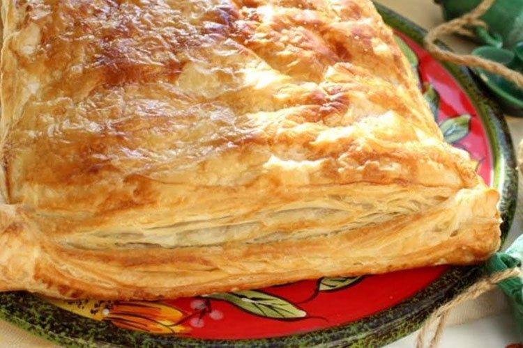Пирог из слоеного теста с сыром и луком - рецепты