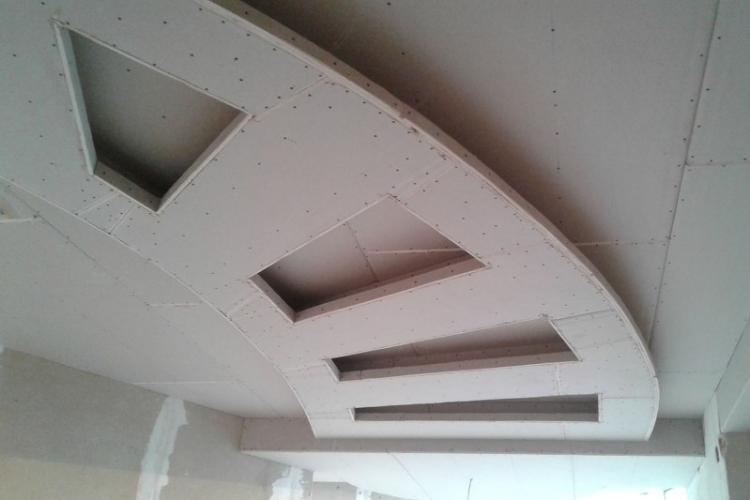 сделать потолок из гипсокартона цена