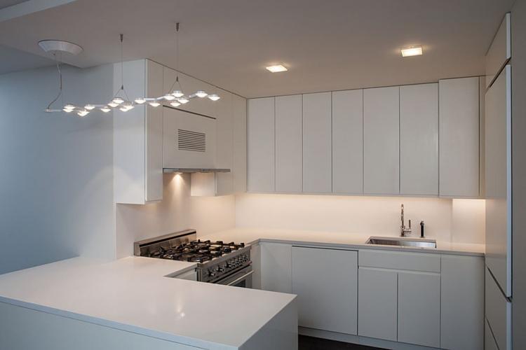 Одноуровневые потолки из гипсокартона на кухне