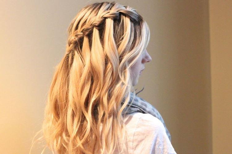 Разделенные локоны - Прически на длинные волосы на каждый день