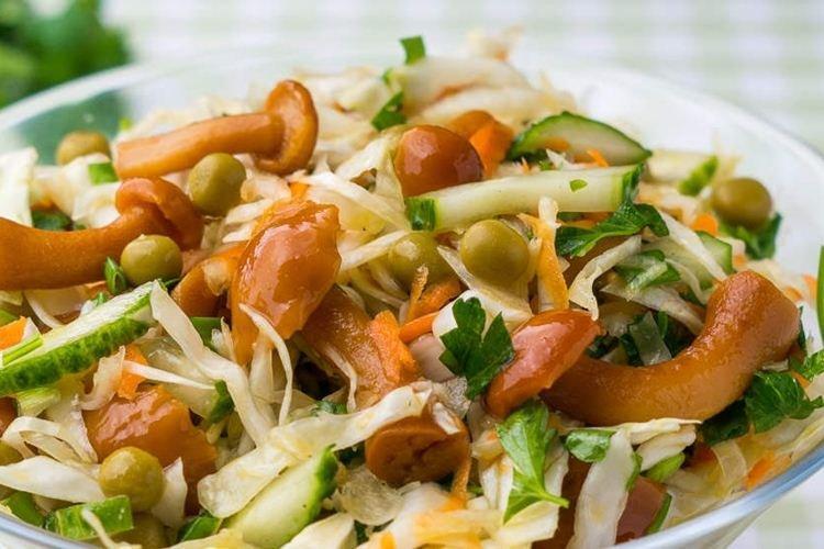 Салат с маринованными опятами и горбушей - Салаты без майонеза рецепты