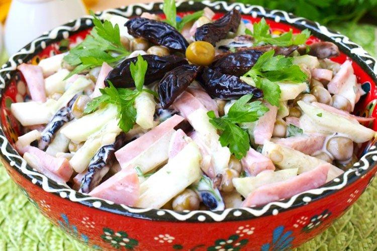 Салат с черносливом и яблоком - рецепты