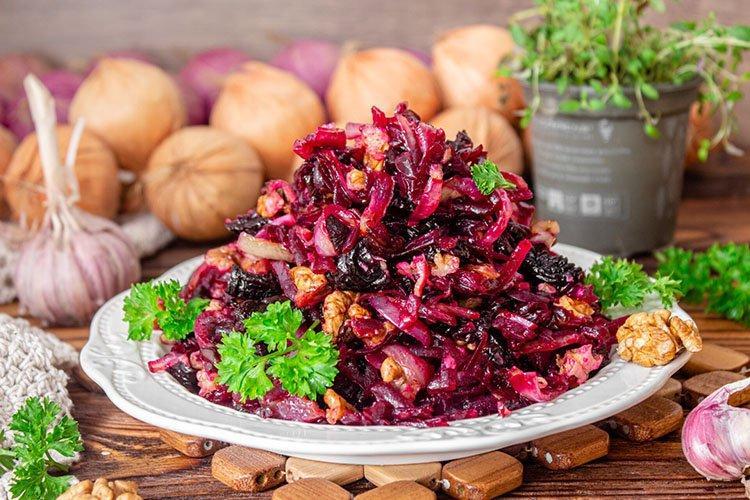 Салат «Рубин» с орехами и черносливом - рецепты