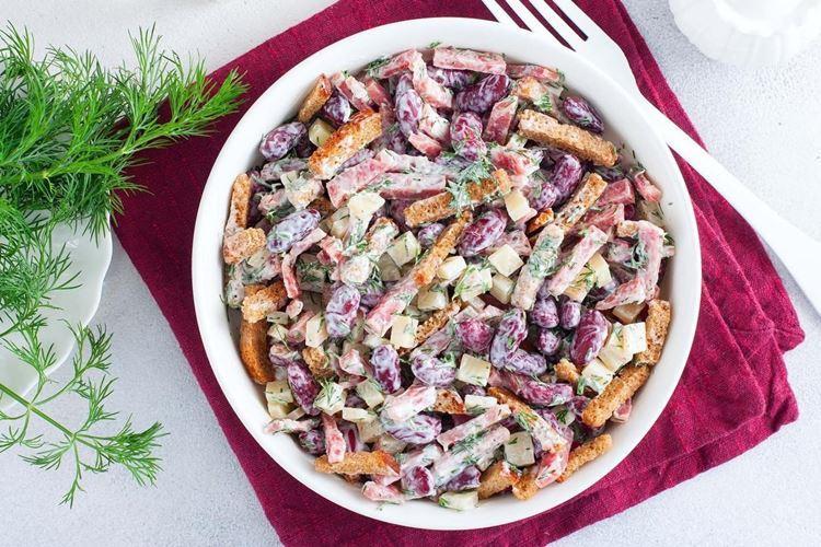 20 салатов с копченой колбасой, которые украсят любой стол