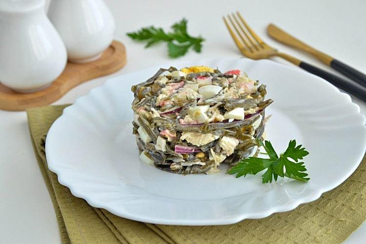 Салат с крабовыми палочками кукурузой и морской капустой - рецепты