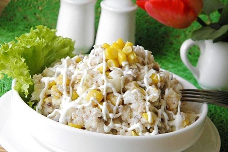Салат с кукурузой и консервированной рыбой - рецепты
