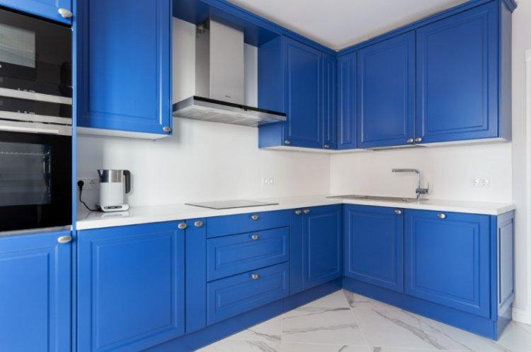 Синий цвет в интерьере кухни - фото