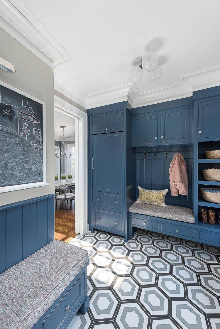 Синий цвет в интерьере прихожей и коридора - фото