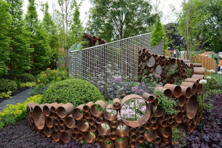 Трубы и шланги - Декоративные украшения для сада своими руками