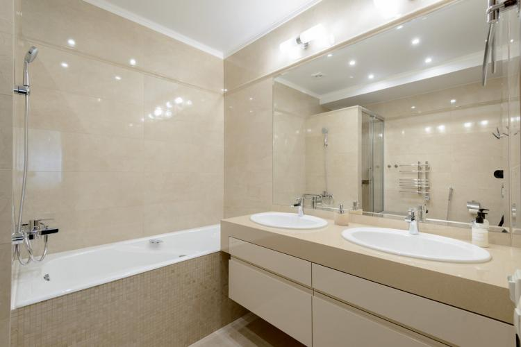 Бежевая ванная комната в современном стиле - Дизайн интерьера