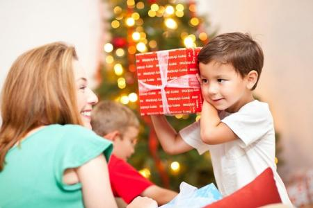 Что подарить мальчику на Новый год 2021: лучшие идеи подарков