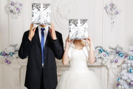 Что подарить на свадьбу: 50+ идей подарков молодоженам