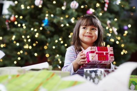 Что подарить ребенку на Новый год 2021: лучшие идеи подарков
