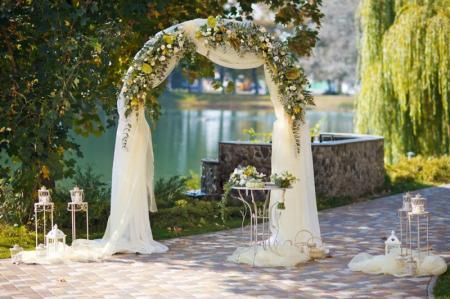 Цветочный декор на свадьбу: 8 красивых идей