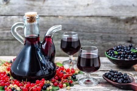 Домашнее вино из черной смородины: 3 простых рецепта