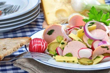 20 салатов с колбасой для тех, кто любит вкусно поесть