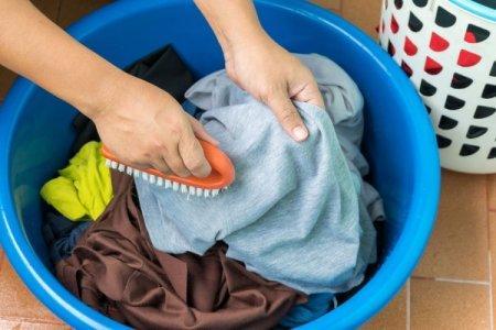 8 эффективных способов, как вывести пятна от порошка на одежде после стирки
