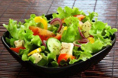 20 дешевых и простых салатов на скорую руку