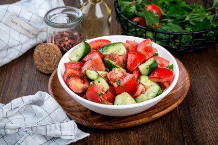 20 легких салатов с огурцами и помидорами на любой вкус