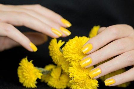 Желтый маникюр 2021: модные идеи и тенденции (50 фото)