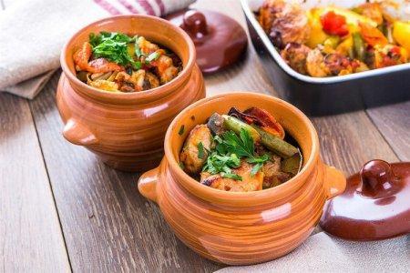 Блюда в горшочках: 20 быстрых и вкусных рецептов