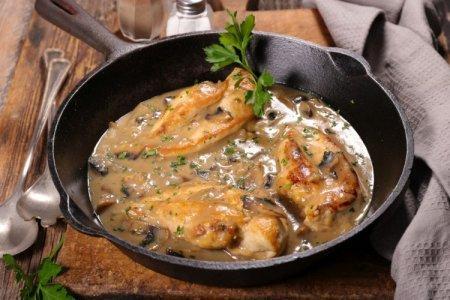 12 простых рецептов курицы с грибами в сливочном соусе