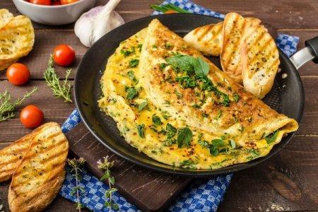 Омлет на сковороде: 15 быстрых и вкусных рецептов