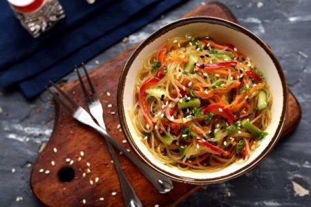 20 салатов с фунчозой, которые точно стоит приготовить