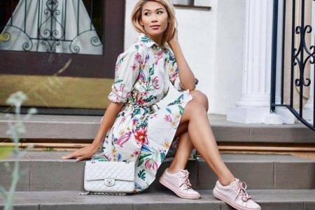 Платье с кроссовками или кедами: как носить, тренды и образы 2021 (50 фото)